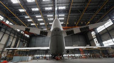 Pesawat An-124 Ruslan saat direnovasi di pabrik pesawat Antonov di Kiev, Ukraina (15/5/2019). Pabrik yang membuat pesawat kargo terbesar di dunia ini berada di Kiev, Ukraina. (Reuters/Valentyn Ogirenko)