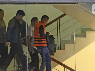 Komisioner KPU Wahyu Setiawan (kanan) usai menjalani pemeriksaan di Gedung KPK, Jakarta, Jumat (10/1/2020). KPK resmi menahan Wahyu Setiawan yang sebelumnya ditetapkan sebagai tersangka kasus suap terkait pergantian antar-waktu (PAW) anggota DPR RI periode 2019-2024. (Liputan6.com/Herman Zakharia)