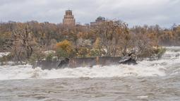 Gambar pada 1 November 2019, sebuah kapal yang tertancap di bebatuan atas Air Terjun Niagara selama lebih dari seabad telah bergeser di sungai St Lawrence, di Ontario, Kanada.  Pejabat taman nasional Air Terjun Niagara menyebutkan kapal bergerak karena cuaca buruk. (Chris Giles/Niagara Parks via AP)