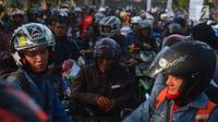 Peserta mudik sepeda motor gratis mengantre naik kapal di Pelabuhan Tanjung Priok, Jakarta, Rabu (13/6). Pengangkutan sepeda motor gratis bagi pemudik Lebaran memakai kapal laut untuk mengurangi angka kecelakaan di jalan raya. (Merdeka.com/Imam Buhori)