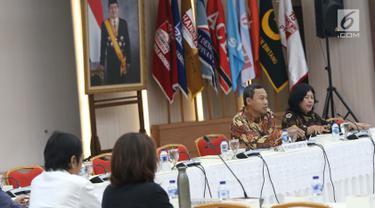 Komisioner KPU, Pramono Ubaid Tanthowi (kedua kanan) memimpin rapat evaluasi debat Cawapres di Gedung KPU, Jakarta, Selasa (19/3). Rapat juga membahas persiapan pelaksanaan debat pilpres keempat dan kelima. (Liputan6.com/Helmi Fithriansyah)