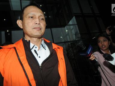 Direktur Teknologi dan Produksi PT Krakatau Steel (Persero) Wisnu Kuncoro seusai menjalani pemeriksaan di Gedung KPK, Selasa (2/4). Wisnu menjalani pemeriksaan perdana sebagai tersangka pasca OTT KPK dalam kasus dugaan suap pengadaan barang dan jasa di PT Krakatau Steel. (merdeka.com/Dwi Narwoko)
