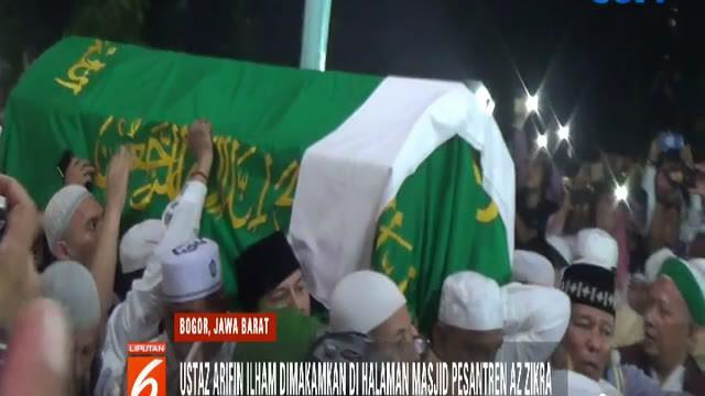 Gemuruh takbir dan salawat dilantunkan ratusan pelayat saat jenazah Ustaz Arifin Ilham dibawa menuju liang lahat.