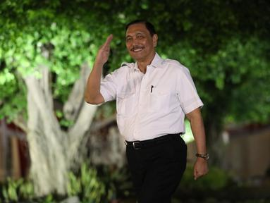 Mantan Menko Kemaritiman Luhut Binsar Panjaitan tiba di Kompleks Istana Kepresidenan di Jakarta, Selasa (22/10/2019). Berkemeja putih seperti calon menteri lainnya, Luhut hanya menebar senyum ke awak media. (Liputan6.com/Angga Yuniar)