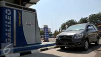 Salah satu mobil operasional berbahan bakar gas di area kantor Pembangkit Listrik Tenaga Gas Uap, Bekasi, Selasa (8/9/2015). BBG dinilai lebih ramah lingkungan dibandingkan bahan bakar bensin dan diesel. (Liputan6.com/Johan Tallo)