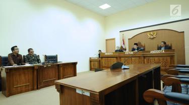 Pengacara publik LBH Jakarta, Nelson N Simamora (kiri) saat sidang perdana sengketa informasi publik terhadap Kementerian LHK di Gedung KIP, Jakarta, Kamis (1/3). Sidang tidak dihadiri pihak termohon. (Liputan6.com/Helmi Fithriansyah)