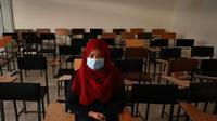 Mahasiswi duduk di kelas saat pembukaan kembali kampus di Afghanistan yang diduduki Taliban. (AFP)