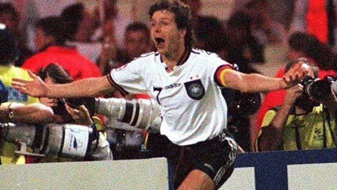 Pemain tim nasional Jerman, Andreas Moller, merayakan golnya penaltinya yang menentukan kemenangan atas Inggris pada semifinal Piala Eropa 1996, di Stadion Wembley, 26 Juni 1996. (UEFA).