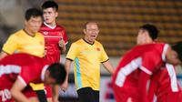 Pelatih Timnas Vietnam, Park Hang-seo, bersama skuatnya jelang melawan Laos di Piala AFF 2018. (Bola.com/Dok. AFF Suzuki Cup)