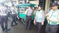 Anggota polres Garut serbu gerobak makanan gratis (Liputan6.com/Jayadi Supriadin)