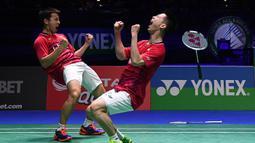 Ganda putra Indonesia, Kevin Sanjaya dan Marcus Gideon saat meraih gelar juara All England di Birmingham, Minggu (12/3/2017). Keduanya tahun ini akan berjuang untuk mempertahankan gelar juara All England. (AFP/Justin Tallis)