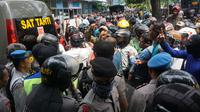 Sekelompok massa mencob merangsek barikade polisi yang berjaga di depan Rutan Solo, Kamis (10/1).(Liputan6.com/Fajar Abrori)