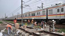 Aktivitas pekerja saat melakukan pembangunan pondasi untuk tiang sinyal elektrik pada jalur Double-Double Track (DDT) Manggarai-Cikarang di kawasan Klender, Jakarta, Selasa (13/11). (Merdeka.com/Iqbal S. Nugroho)