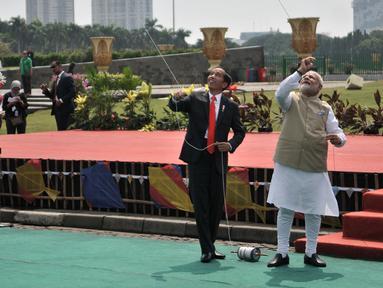 Presiden Joko Widodo (Jokowi) dan PM India, Narendra Modi bermain layang-layang di halaman Monas, Jakarta, Rabu (30/5). Kegiatan ini dilakukan setelah Jokowi dan Narendra melakukan pertemuan bilateral di Istana Merdeka. (Merdeka.com/Iqbal S. Nugroho)