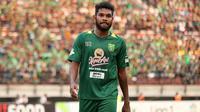 Bek Persebaya Surabaya, Fandry Imbiri, mendapat kartu merah pada laga kontra Mitra Kukar, Sabtu (22/9/2018). (Bola.com/Aditya Wany)