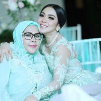 Syahrini bersama ibundanya, Wati Nurhayati (Instagram/@princessyahrini)
