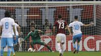 Kiper AC Milan, Gianluigi Donnarumma, berusaha menghalau tendanga penalti bek Rijeka, Josip Elez, pada laga Liga Europa di Stadion San Siro, Milan, Kamis (28/9/2017). AC Milan menang 3-2 atas  Rijeka. (AP/Luca Bruno)