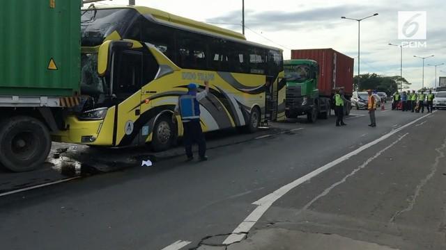 Sebuah tabrakan beruntun terjadi di tol JORR menyebabkan seorang sopir bus terjepit.