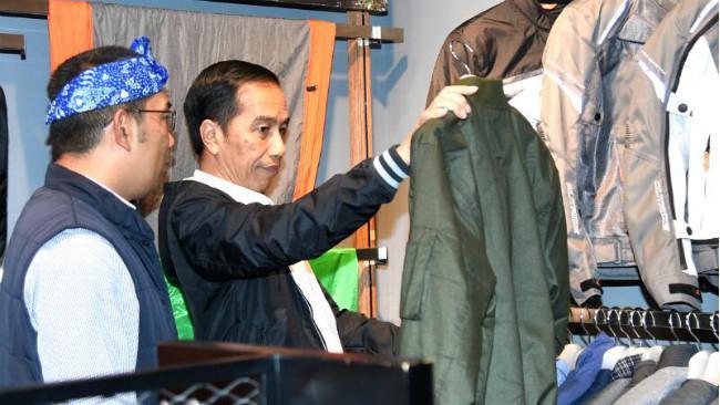 Jokowi beli jaket di Bandung. (Liputan6.com/Biro Pers Presiden)