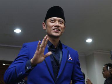 Politisi Partai Demokrat, Agus Harimurti Yudhoyono saat masuk ruang pendaftaran bakal Capres/Cawapres Pemilu 2019 di Gedung KPU, Jakarta, Jumat (10/8). AHY mendampingi proses pendaftaran pasangan Prabowo/Sandi Uno. (Liputan6.com/Helmi Fithriansyah)