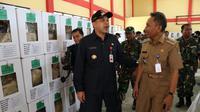 Wakil Wali Kota Tangerang Sachrudin yang memantau langsung pengiriman logistik pemilu di beberapa wilayah di Kota Tangerang. (Liputan6.com/Pramita Tristiawati)