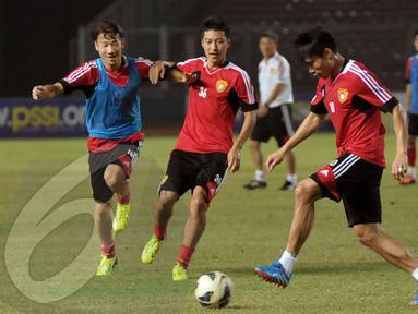 Simulasi yang dilakukan para pemain Timnas Cina menggunakan format pertandingan yang sebenarnya yakni 22 pemain dan terbagi dalam dua kesebelasan (Liputan6.com/ Helmi Fithriansyah)