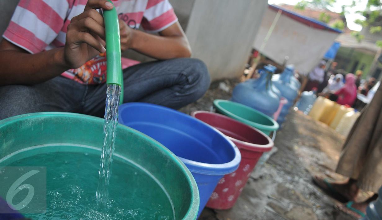 Deretan galon kosong untuk diisi air bersih di Kawasan Manggarai, Jakarta, Selasa, (10/11). Hampir dua bulan warga RW 10 Manggarai Selatan harus antre untuk mendapat air bersih.(Liputan6.com/Gempur M Surya)