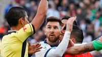 Ekspresi penyerang Argentina, Lionel Messi saat menerima kartu merah dari wasit Mario Diaz pada pertandingan perebutan posisi ketiga Copa America 2019 di Arena Corinthians di Sao Paulo, Brasil (6/7/2019). Messi menerima kartu merah pada menit ke-37. (AP Photo/Victor R. Caivano)