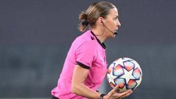 Ada Sosok seorang wanita mengenakan baju pink ikut berlari bersama para pemain di lapangan. (Photo by Vincenzo PINTO / AFP)