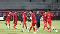 Suasana Timnas Vietnam saat berlatih di Stadion Kapten I Wayan Dipta, Gianyar, Senin (14/10/2019) malam. Vietnam akan menghadapi Timnas Indonesia dalam laga kualifikasi Piala Dunia 2022 Zona Asia, Selasa (15/10/2019). (Bola.com/Aditya Wany)