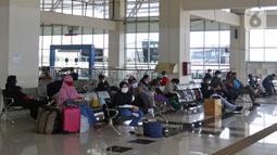 Penumpang menunggu pemberangkatan di ruang tunggu Terminal Terpadu Pulo Gebang, Jakarta, Kamis (11/2/2021). Berdasarkan data Dishub hingga pukul 14.00 WIB, jumlah pemudik yang tiba di Jakarta sebanyak 538 penumpang. (Liputan6.com/Herman Zakharia)