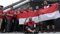 Suporter Timnas Indonesia berkumpul saat berada di Stadion Nasional, Singapura, Jumat (9/11). Indonesia akan melawan Singapura pada laga Piala AFF 2018. (Bola.com/M. Iqbal Ichsan)