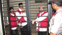 Tiga terdakwa penyerangan warga Ahmadiyah di Cikeusik saat menunggu giliran untuk disidangkan, di PN Serang, Banten, Selasa (26/4). (Antara)