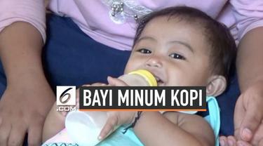 Bayi yang viral doyan kopi di Polewali Mandar, Sulawesi Barat kini mendapat bantuan susu dan biskuit dari pemerintah setempat. Diharapkan sang bayi tidak lagi mengonsumsi kopi dan gula berlebih.