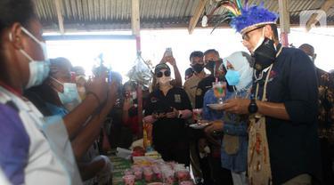 Sambangi Kampung Yoboi, Menteri Sandiaga Uno Diajak Bermain Bola Voli