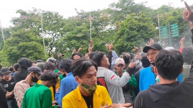 Para mahasiswa Sumsel yang melakukan unjuk rasa di Palembang mengoleskan pasta gigi untuk menghindari paparan gas air mata (Liputan6.com / Nefri Inge)
