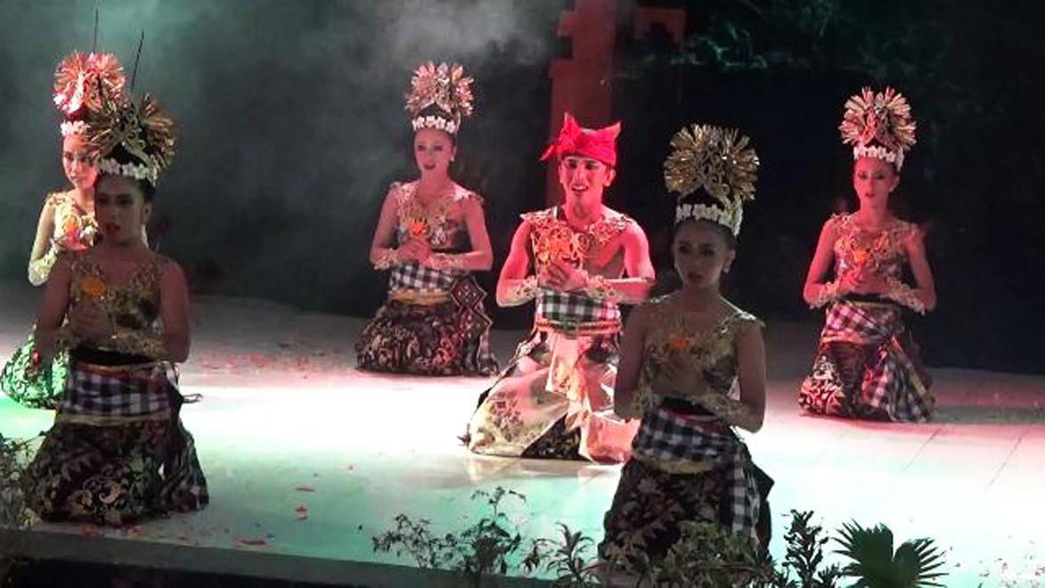 Sendratari Roro Anteng dan Joko Seger menjadi pembuka puncak perayaan agung Yadnya Kasada warga Suku Tengger di Lereng Gunung Bromo. (Liputan6.com/Dian Kurniawan)
