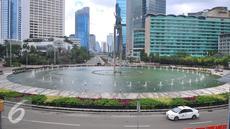Suasana jalan lengang di Kawasan Bundaran HI, Jakarta, Rabu (15/2). Suasana di beberapa ruas jalan di DKI Jakarta lengang pada hari libur nasional pemungutan suara pilkada DKI Jakarta. (Liputan6.com/Angga Yuniar)