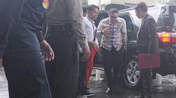 Gubernur Jambi Zumi Zola turun dari mobil setibanya di Gedung KPK untuk menjalani pemeriksaan, Jakarta, Kamis (15/2). Zumi Zola yang mengenakan kemeja batik enggan menanggapi pertanyaan yang diajukan awak media. (Liputan6.com/Herman Zakharia)