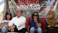 Ki-ka: Bimbim, Mendes PDTT Marwan Djafar, Kaka dan Bunda Iffet saat konferensi pers terkait konser Slank di sejumlah daerah perbatasan Indonesia, Jakarta, Selasa (10/5). (Liputan6.com/Herman Zakharia)
