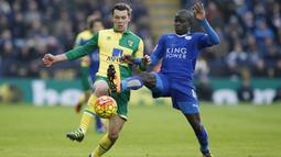Pemain Leicester City, N'Golo Kante (kanan) berebut bola dengan pemain Norwich City, Jonny Howson pada lanjutan Liga Inggris pekan ke-27 di Stadion King Power, Sabtu (27/2/2016) malam WIB. (Reuters/Andrew Yates)