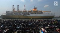 Penampakan sepeda motor pemudik saat mengikuti mudik gratis Kementerian Perhubungan di Pelabuhan Tanjung Priok, Jakarta, Rabu (13/6). Selain 11.938 pemudik, Kemenhub juga memberi kuota gratis kepada 5.555 sepeda motor. (Merdeka.com/Imam Buhori)