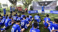 Pesepak bola muda mendapat arahan saat mengikuti Allianz Explorer Camp Football Edition Asia di The Arena Singapura, Jumat (26/7). Allianz Indonesia mengirimkan enam pesepak bola muda berbakat, dua di antaranya adalah perempuan. (Dokumentasi Allianz)