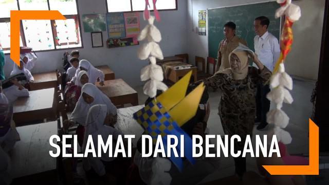 Presiden Joko Widodo menyambangi SD Negeri 01 Panimbangjaya, Pandeglang, Banten. Jokowi hendak meninjau program Tagana Masuk Sekolah (TMS) di SD tersebut.