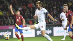 Striker Inggris, Harry Kane, melepas tendangan saat melawan Ceko pada laga Kualifikasi Piala Eropa 2020 di Stadion Sinobo Arena, Prague, Sabtu (11/10). Ceko menang 2-1 atas Inggris. (AFP/Joe Klamar)