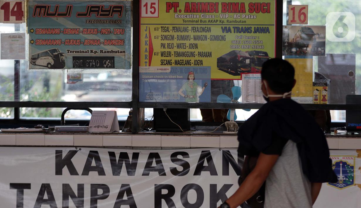 Calon penumpang melihat loket penjualan tiket bus AKAP di Terminal Kampung Rambutan, Jakarta, Kamis (22/4/2021). Satgas Penanganan Covid-19 mengeluarkan Adendum Surat Edaran Nomor 13 tahun 2021 tentang peniadaan mudik hari raya Idul Fitri 1442 H selama H-14 dan H+7. (Liputan6.com/Helmi Fithriansyah)