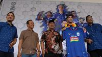 Pemain baru PSIS Semarang, Bruno Silva (kedua dari kanan) diperkenalkan kembali oleh jajaran manajemen klub di Balaikota Semarang, Senin (16/9/2019). (Bola.com/Vincentius Atmaja)