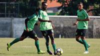 Pemain baru Persebaya Surabaya, Elisa Basna (tengah). (Bola.com/Aditya Wany)