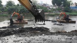 Petugas mengeruk endapan lumpur di Kanal Banjir Barat, Jakarta, Jumat (3/11). Pengerukan juga dilakukan untuk megantisipasi bantaran BKB yang sering meluap ketika hujan akibat penyempitan jalur sungai. (Liputan6.com/Immanuel Antonius)