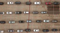 Antrean kendaraan terlihat dari pandangan udara di lokasi pengujian COVID-19 drive-thru di Stadion Dodger di Los Angeles, California, Rabu (18/11/2020). Pejabat kesehatan Los Angeles County memperingatkan adanya peningkatan tajam dalam jumlah kasus COVID-19 dan rawat inap. (Robyn Beck/AFP)